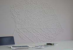 Gravure sur décoration murale en résine de synthèse