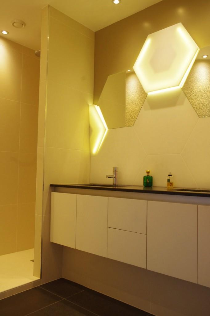 Habillage de salle de bains, éclairage et écailles