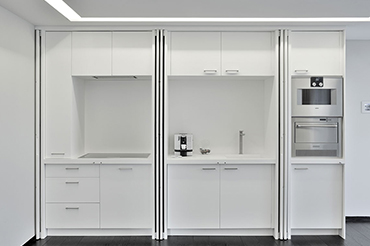 Habillage intérieur de la cuisine avec des panneaux de résine - ouvert