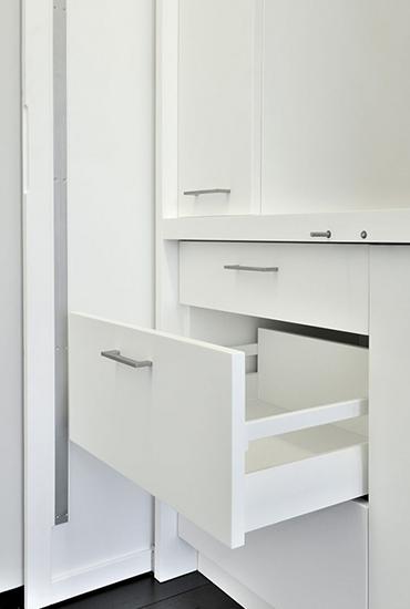 Habillage intérieur : tiroirs et placards en résine de synthèse