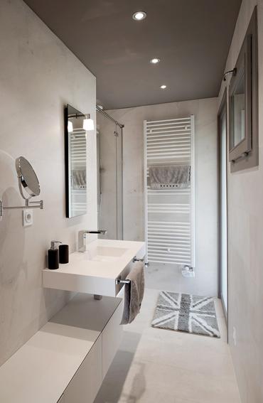 Rangements habillés en V-korr et vasque de salle de bains