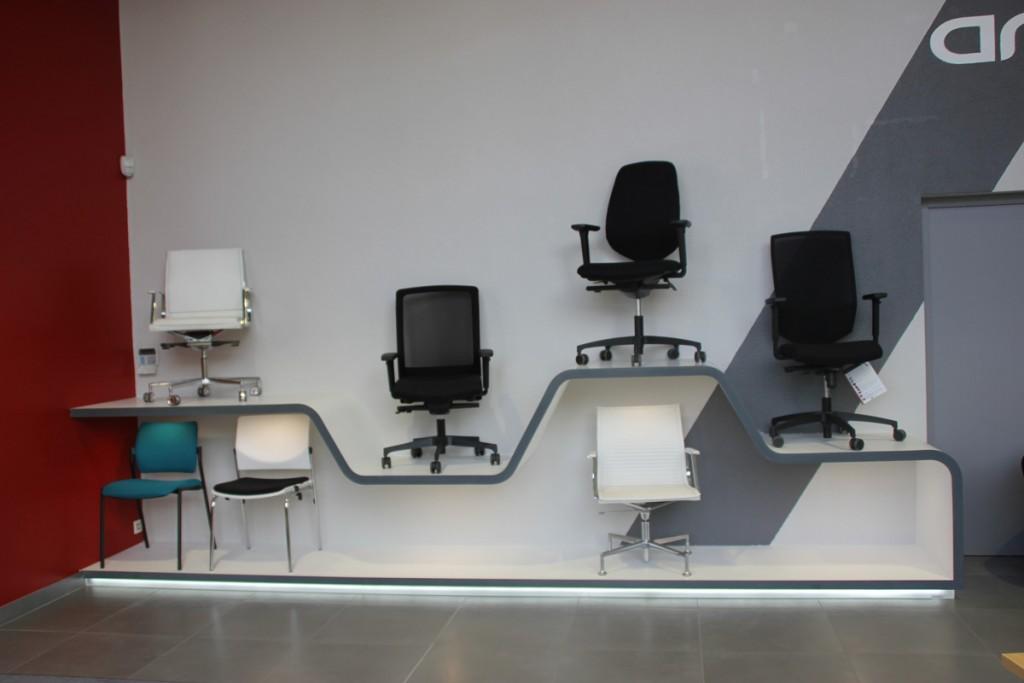 Etagères pour présentation des chaises en V-korr