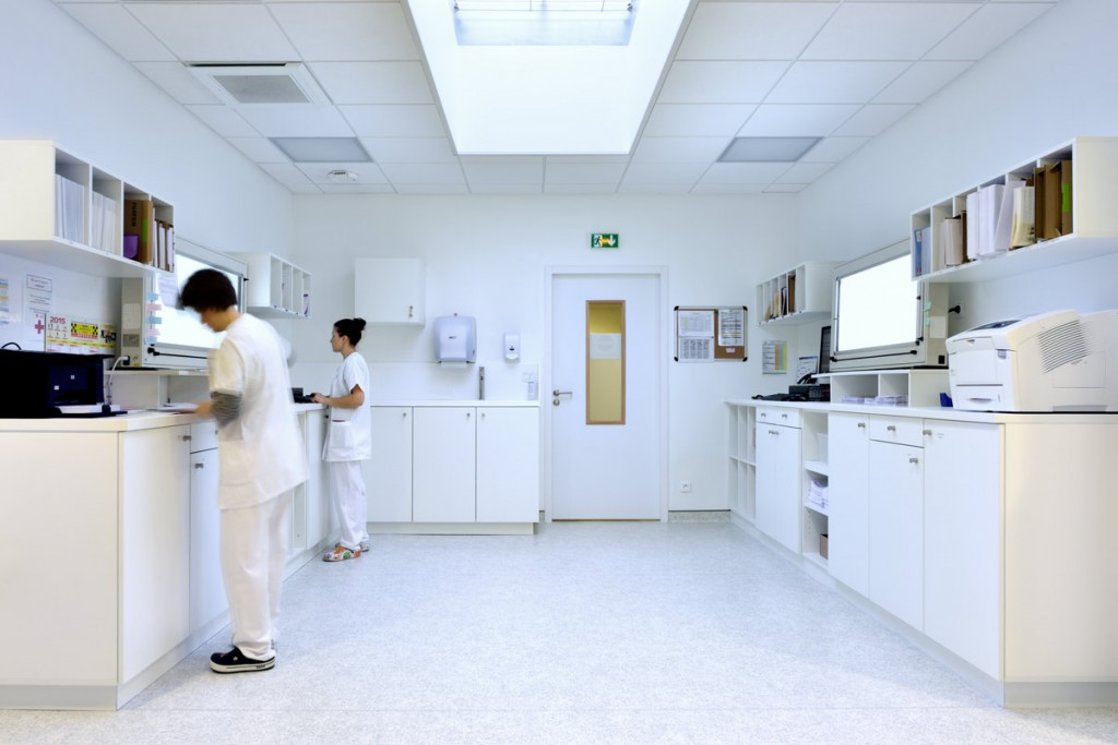 Paillasses et cuves de la salle de radiologie - Clinique du Mail