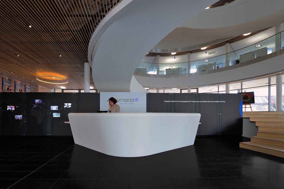 Contraste de couleurs entre la banque d'accueil et son cadre