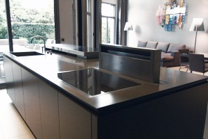 Worktop with integrated hob and extractor hood