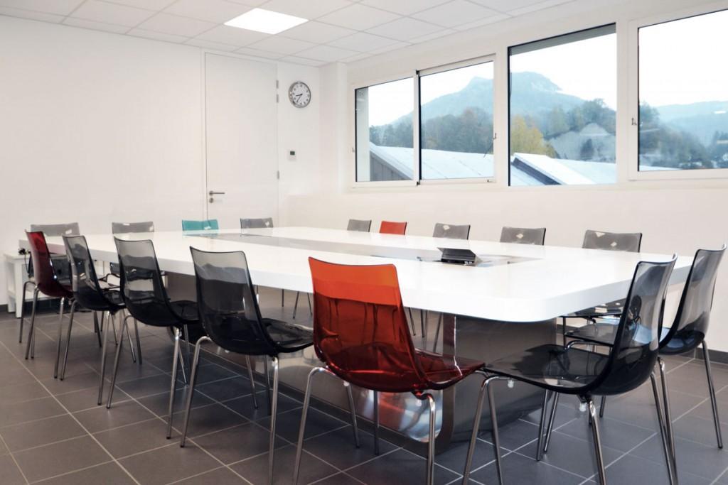 Table en Solid Surface avec connectique intégrée