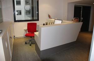 Banque d'accueil en V-korr Bright White  - Prestaburo