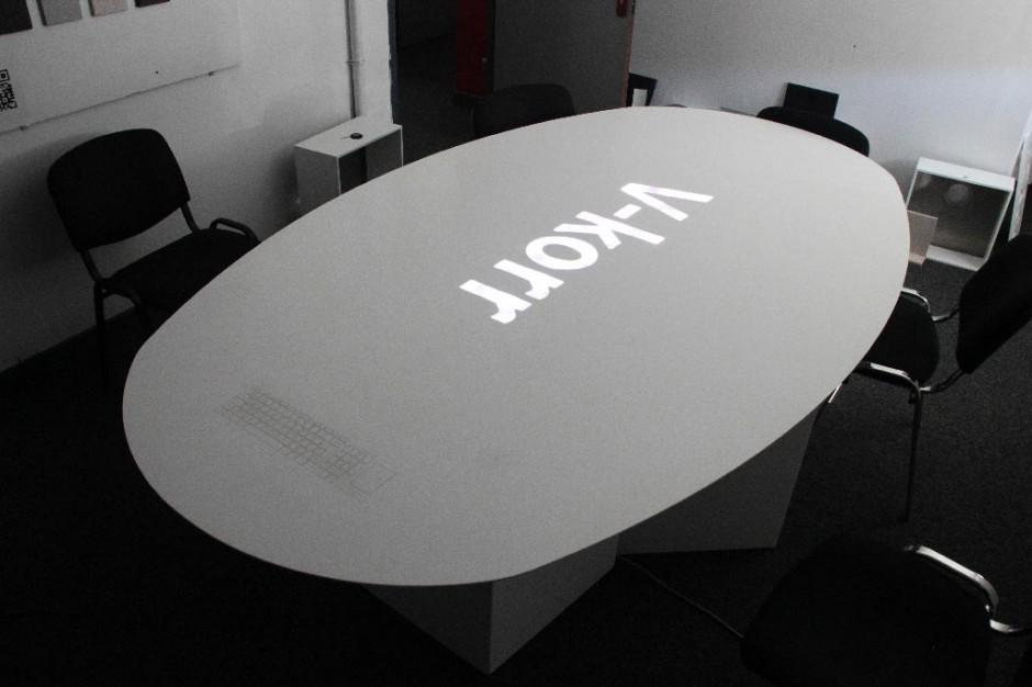 Table connectée avec clavier intégré, chargeur de téléphone et rétroéclairage