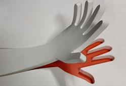 Main découpée dans la résine V-korr puis thermoformée pour lui donner sa forme finale