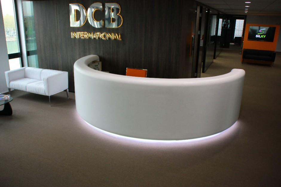 Réalisation d'une banque d'accueil rétroéclairée pour DCB