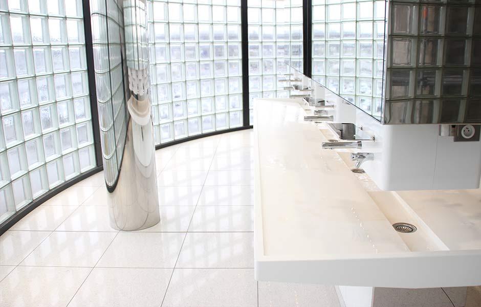 Vasque en V-korr dans les toilettes d'Orly