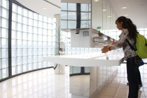 Vasque en utilisation - Toilettes Aéroports de Paris