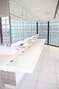 Vasque design s'intégrant parfaitement à l'environnement miroir / verre présent