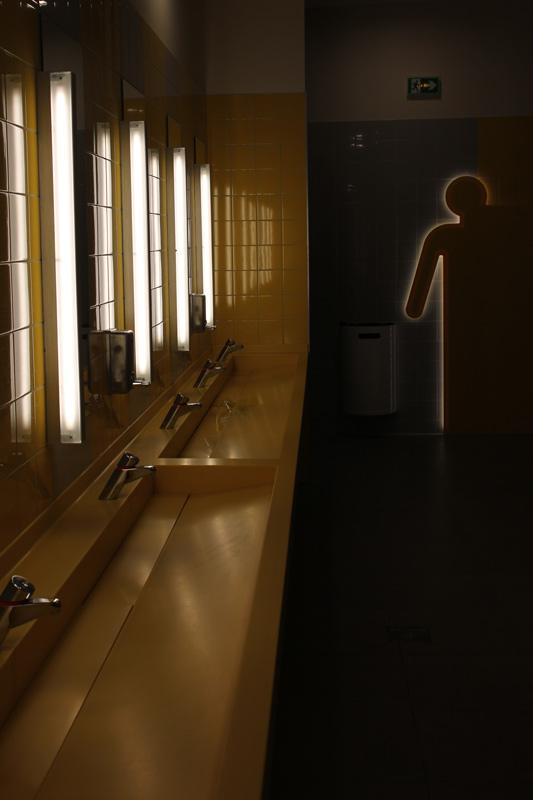 Plan vasque de toilettes avec éclairage