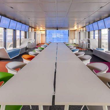 Etagères, banquettes, fauteuils, tables en Solid Surface V-korr
