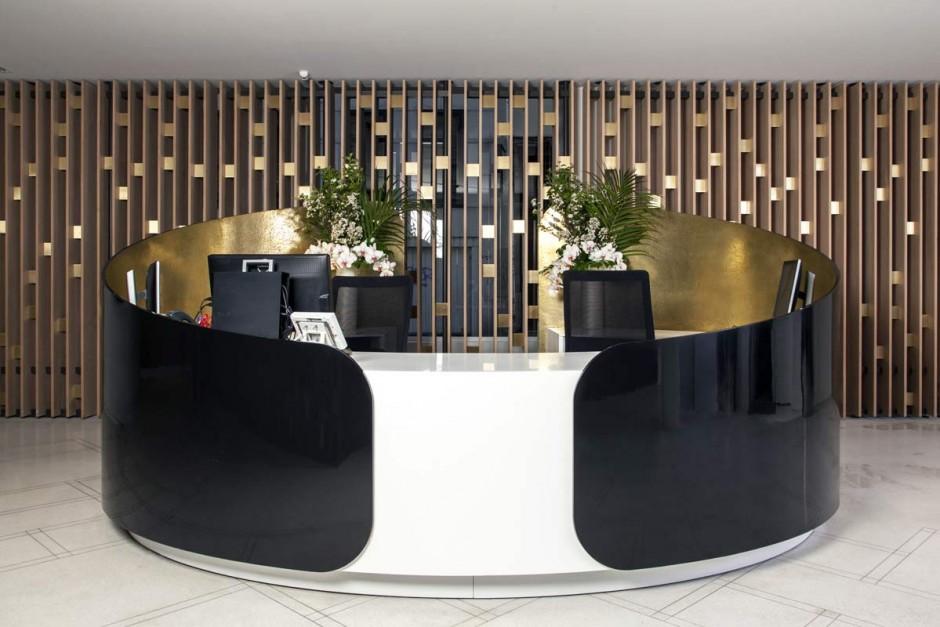 Mobilier de bureau : banque d'accueil en Solid Suface