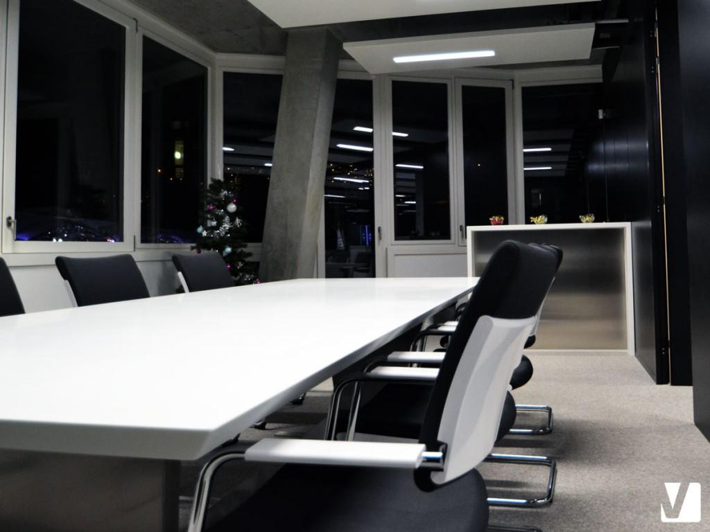 Mobilier de bureau en Solid Surface : table de réunion et bar