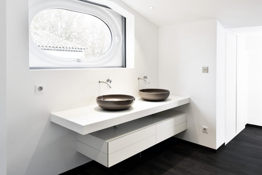 Aménagement de salle de bains en résine de synthèse