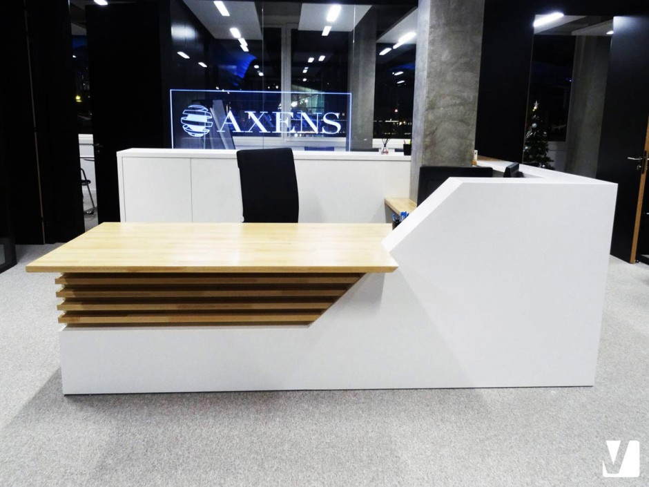 Lamelles en bois et plateau intégrés à la banque d'accueil