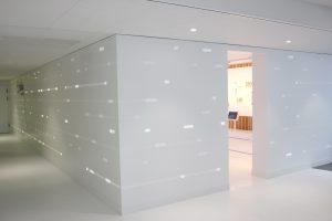 Rétroéclairage du mur grâce à des LEDS et un usinage