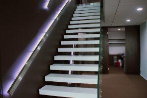 Escalier rétroéclairé avec marches en Solid Surface
