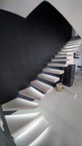 Escalier suspendu en Solid Surface (identique à Corian)